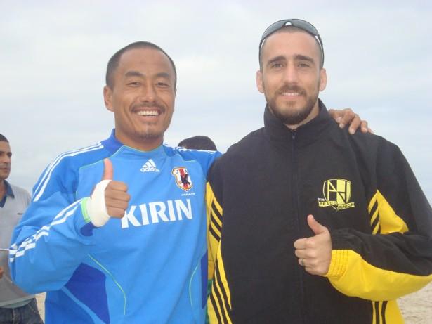 d5c0ca717b30a wl Oda Hirofumi e Rafael Tiago jogador do Prado Júnior. Beach soccer  japonês nas areias